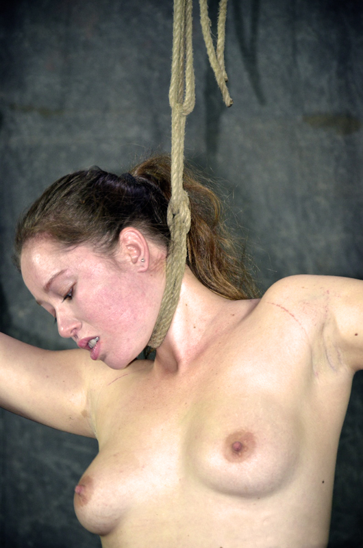 Подвешивают девку за шею